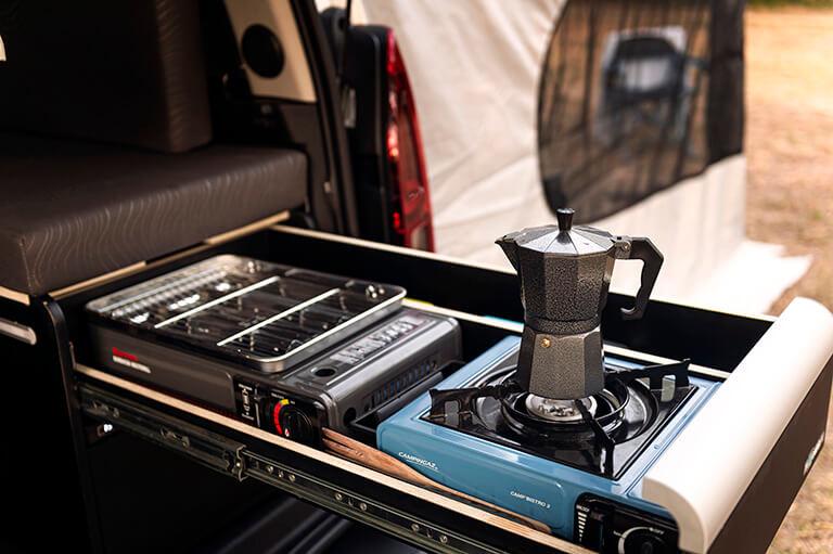 Nuestro módulo mini camper para camperizar furgonetas también ofrece un fogón y una barbacoa para dar rienda suelta a tu creatividad culinaria en cualquier parte