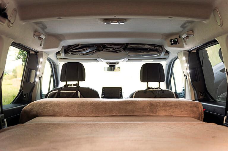 Cama de 1,20 por 2 metros en nuestro módulo mini camper para camperizar furgonetas