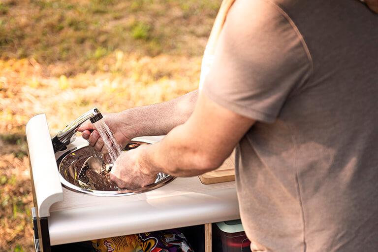El módulo miniCamper para camperizar furgoneta ofrece grifo y fregadero con agua limpia y depósito