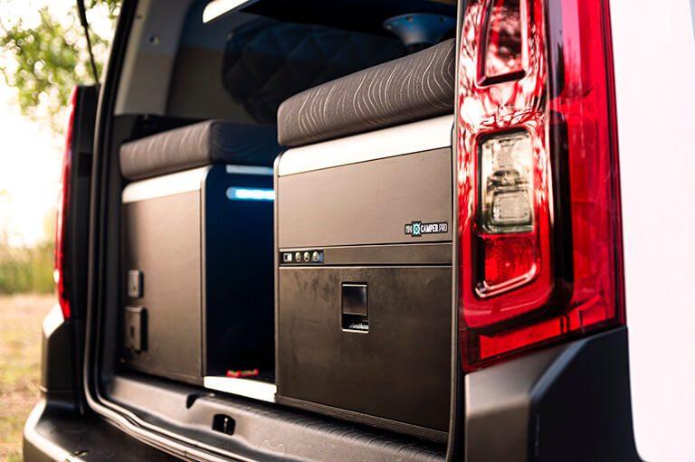 Vista lateral del módulo mini camper para camperizar tu furgoneta o cualquier vehículo con nevera y depósito