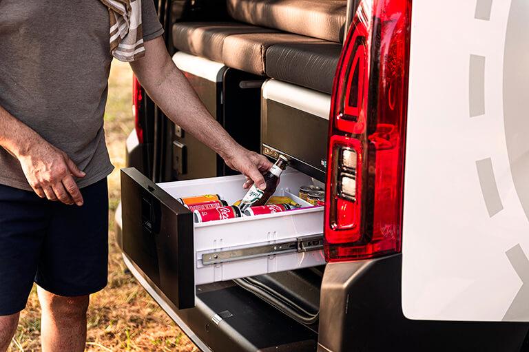 Nevera camper con capacidad de 37 litros en nuestro módulo mini camper para camperizar tu furgoneta